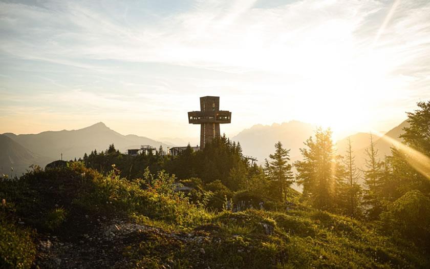 The Jakobskreuz summit cross on the Buchensteinwand